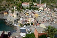 Ciudad de Vernazza en valle en el mar Mediterráneo Foto de archivo