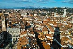 Ciudad de Verona y vista aérea cuadrada a las montañas de la dolomía Foto de archivo libre de regalías