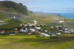 Ciudad de Vik, visión desde la montaña, Islandia Fotos de archivo
