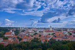 Ciudad de Vilnius, Lituania Día soleado nublado hermoso foto de archivo