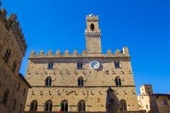 Ciudad de Volterra, señal medieval de Palazzo Dei Priori del palacio Imagen de archivo