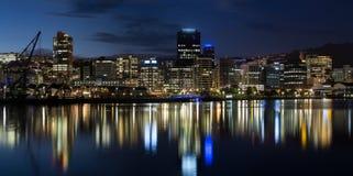 Ciudad de Wellington en la noche imagenes de archivo