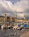 Ciudad de Zurich en un día nublado en último otoño Imagenes de archivo