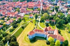 Ciudad del centro histórico de Varazdin y de la opinión aérea de las señales famosas foto de archivo