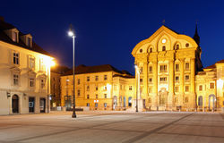 Ciudad del cuadrado principal de Eslovenia y de la iglesia de HOL Fotos de archivo