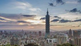 Ciudad del día de Taipei a la noche, Taiwán almacen de metraje de vídeo