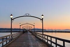 Ciudad del embarcadero blanco de la roca en la puesta del sol Foto de archivo