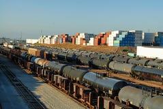 Ciudad del Grunge, Wilmington, California, en donde las pistas de ferrocarril resuelven los campos del almacenamiento de aceite y fotos de archivo libres de regalías