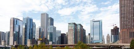 Ciudad del horizonte de Chicago con el fondo del cielo azul Imagen de archivo libre de regalías