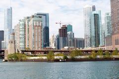 Ciudad del horizonte de Chicago con el fondo del cielo azul Foto de archivo libre de regalías