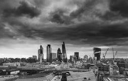 Ciudad del horizonte financiero de la milla del cuadrado del distrito de Londres con la tormenta Imagen de archivo