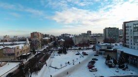Ciudad del invierno en la nieve con una opinión del ojo de pájaro almacen de video