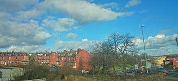 Ciudad del ladrillo rojo del cielo azul Fotos de archivo libres de regalías