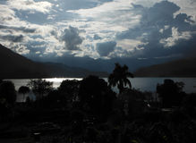 Ciudad del lago de Pokhara en el ocaso Fotografía de archivo libre de regalías