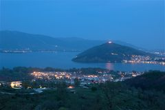 Ciudad del lago Orestiada, Kastoria, opinión Grecia de la noche Foto de archivo libre de regalías