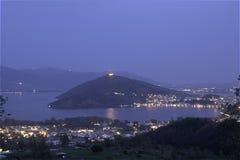 Ciudad del lago Orestiada, Kastoria, opinión Grecia de la noche Imagen de archivo