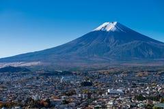 Ciudad del monte Fuji y de Fujiyoshida Foto de archivo libre de regalías