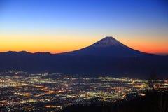 Ciudad del monte Fuji y de Kofu en el amanecer foto de archivo