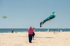 CIUDAD del OCÉANO, los E.E.U.U. - 24 de abril de 2014 - gente que camina el paseo marítimo en ciudad famosa del océano de Marylan Fotos de archivo libres de regalías