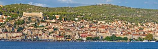 Ciudad del panorama de la costa de Sibenik Foto de archivo