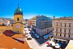 Ciudad del panorama de la torre de reloj de Rijeka y del cuadrado central fotos de archivo libres de regalías
