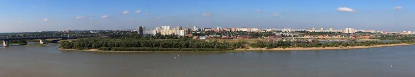 Ciudad del panorama de Omsk en el río Irtysh. Rusia. Foto de archivo
