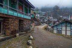 Ciudad del pueblo rural de la ladera de Lachen, Sikkim en una mañana de niebla del invierno Fotos de archivo