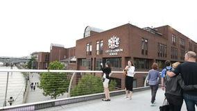 Ciudad del puente y de la gente del milenio de la escuela de Londres que toman las fotos metrajes