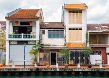 Ciudad del río de Malaca, edificios viejos y canal en Malasia foto de archivo