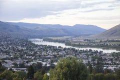 Ciudad del valle por el río Imagen de archivo libre de regalías