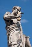 Ciudad del Vaticano - 22 de marzo de 2011 Estatua de San Pedro en el cuadrado del ` s de San Pedro, fondo del cielo azul Imagen de archivo