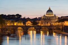 Ciudad del Vaticano durante puesta del sol. Fotos de archivo