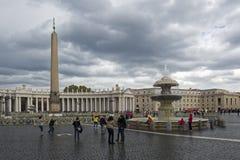 Ciudad del Vaticano, peregrinaje en la lluvia Imagen de archivo libre de regalías