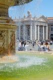 Ciudad del Vaticano, Roma, agua de la fuente en cuadrado del ` s de San Pedro en un día soleado caliente imagen de archivo libre de regalías