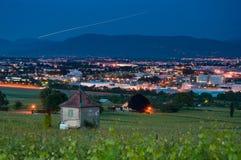 Ciudad del viñedo y de Ginebra en la oscuridad Imagenes de archivo
