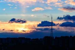 Ciudad dramática del cielo de la salida del sol del oro Foto de archivo