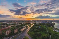 Ciudad durante puesta del sol caliente Horizonte de St Petersburg en la puesta del sol, Rusia Imagen de archivo libre de regalías