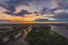 Ciudad durante puesta del sol caliente Horizonte de St Petersburg en la puesta del sol, Rusia Foto de archivo libre de regalías