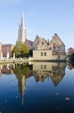 Ciudad e iglesia viejas en Brujas imagenes de archivo