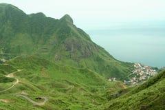 Ciudad en costa montañosa foto de archivo