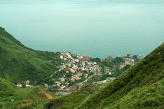 Ciudad en costa montañosa Imagen de archivo libre de regalías