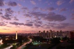 Ciudad en el anochecer, el Brasil de Sao Paulo imagen de archivo