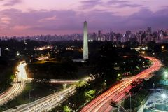 Ciudad en el anochecer, parque del Brasil Ibirapuera - obelisco de Sao Paulo imagen de archivo libre de regalías