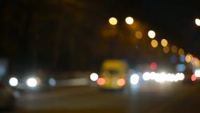 Ciudad en el fondo de la noche con los coches Inconsútil colocado almacen de metraje de vídeo