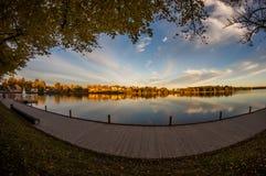 Ciudad en el lago fotografía de archivo
