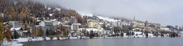 Ciudad en el lago St Moritz Foto de archivo libre de regalías