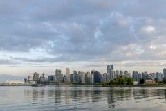 Ciudad en el océano con los edificios y los rascacielos modernos, Foto de archivo libre de regalías