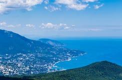 Ciudad en el pie de las montañas por el mar, visión superior, en Yalta Crimea Imágenes de archivo libres de regalías