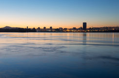 Ciudad en el Yenisei, puesta del sol de Krasnoyarsk Foto de archivo libre de regalías