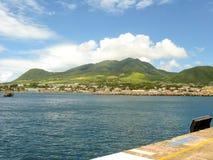 Ciudad en la costa con las montañas Fotografía de archivo libre de regalías